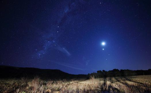 月「The Moon, Venus, Mars and Spica in a quadruple conjunction in Azul, Argentina.」:スマホ壁紙(5)