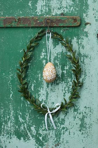 イースター「Painted Easter egg and box tree wreath hanging in front of green door」:スマホ壁紙(6)