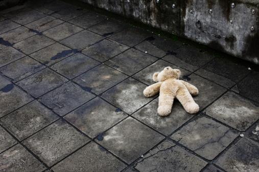 Stuffed Animals「BIg teddy bear falling down on the roof」:スマホ壁紙(6)