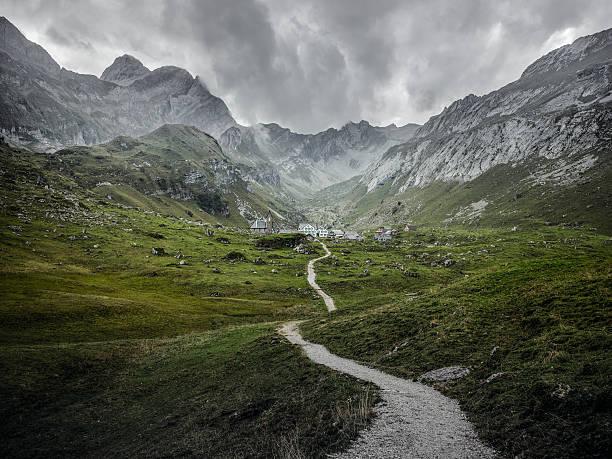 trail to the village:スマホ壁紙(壁紙.com)