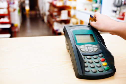 Sales Occupation「Hand using smart card reader with store in background」:スマホ壁紙(13)