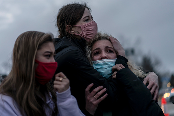 Mourning「Gunman Opens Fires At Grocery Store In Boulder, Colorado」:写真・画像(17)[壁紙.com]