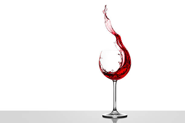 Red wine splashing in glass in front of white background:スマホ壁紙(壁紙.com)
