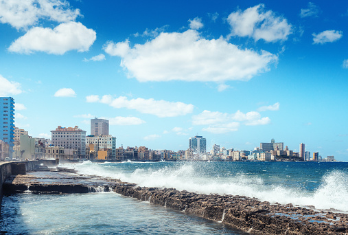 Spraying「water waves crashing against the rocks alongside the Malecon, Havana, Cuba」:スマホ壁紙(8)
