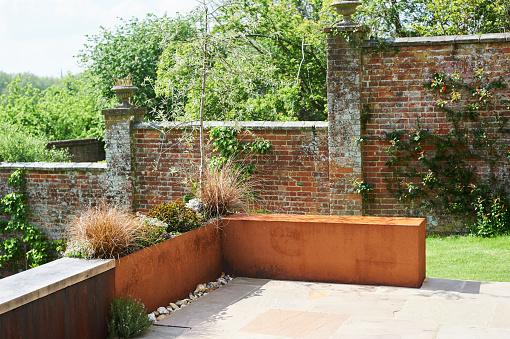 イギリス「rusted wall in garden terrace garden」:スマホ壁紙(7)