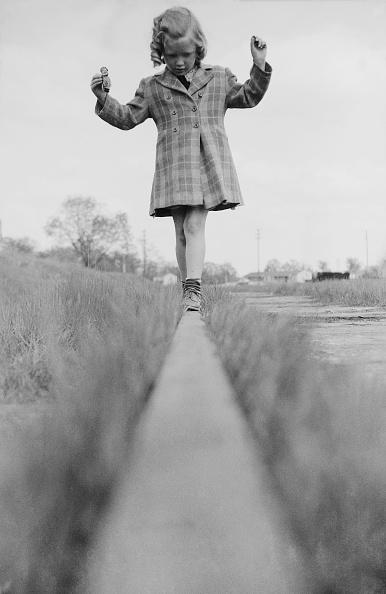 Balance「Child Walking Along Wood Beam」:写真・画像(11)[壁紙.com]