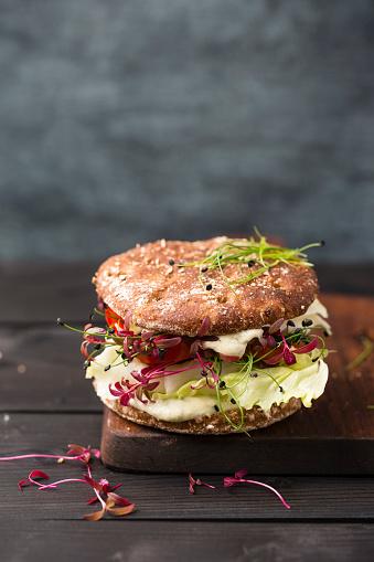 Veggie Burger「Veggie Burger, vegan, with salad, radish, tomato, rock chive」:スマホ壁紙(4)