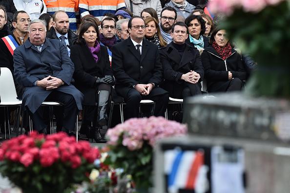 Large Group Of People「Parisians & Politicians Gather In Place De La Republique To Pay Tribute To 2015 Terrorist Attack Victims」:写真・画像(9)[壁紙.com]