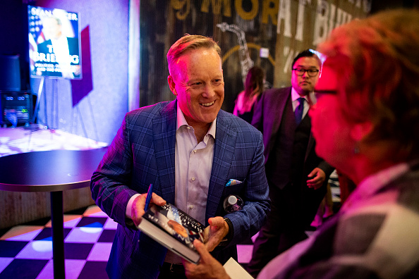 Writing「Former White House Press Secretary Sean Spicer Holds Book Launch Event」:写真・画像(12)[壁紙.com]