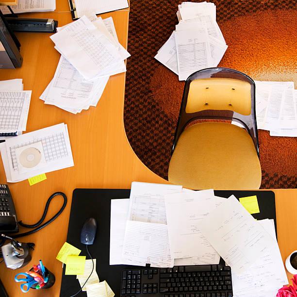 Cluttered desk in office, overhead view:スマホ壁紙(壁紙.com)