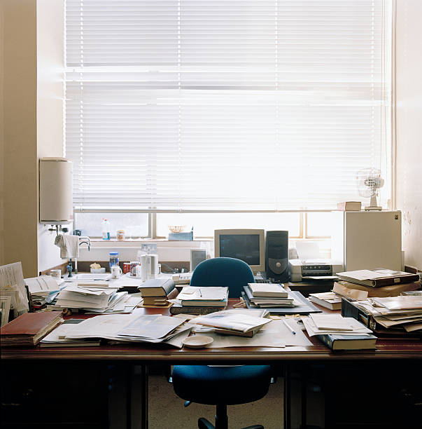 Cluttered desk in office:スマホ壁紙(壁紙.com)