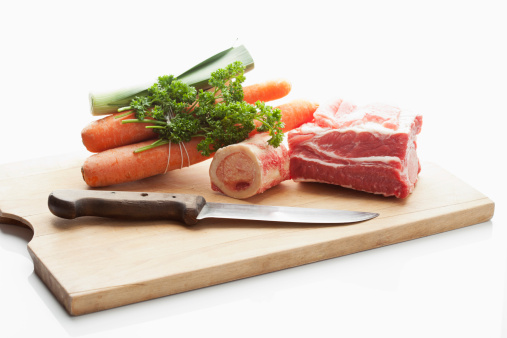 牛「Beef broth ingredients on chopping board, close up」:スマホ壁紙(15)