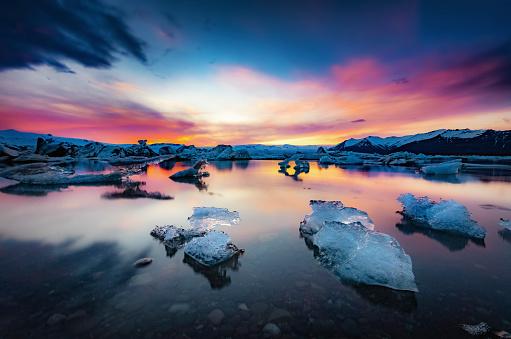 流氷「Iceland, Vatnajokull National Park, Sunset, icebergs floating in Jokulsarlon Ice Lagoon」:スマホ壁紙(1)