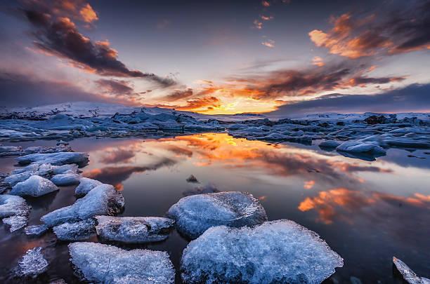 Iceland, Vatnajoekull National Park, Icebergs floating in Jokulsarlon Ice Lagoon:スマホ壁紙(壁紙.com)