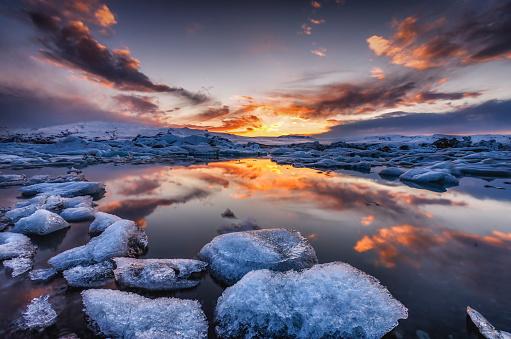 流氷「Iceland, Vatnajoekull National Park, Icebergs floating in Jokulsarlon Ice Lagoon」:スマホ壁紙(4)