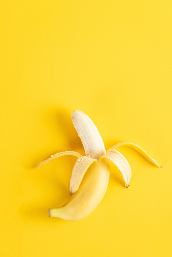 Peeled「Banana on yellow surface」:スマホ壁紙(6)