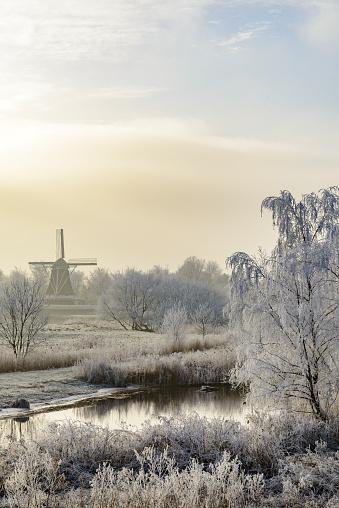 Netherlands「Winter landscape with an old windmill in Kampen, The Netherlands.」:スマホ壁紙(1)