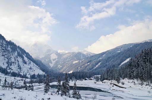 Salzkammergut「Winter landscape of the Austrian Alps and Gosau bank dam」:スマホ壁紙(19)