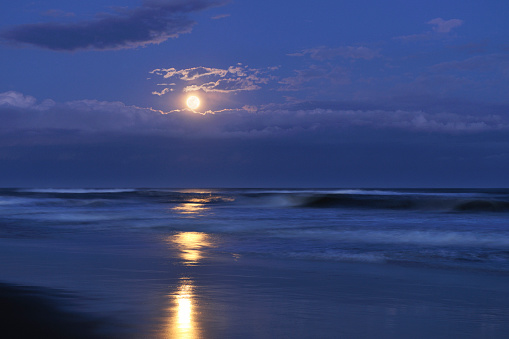 月「Kujukuri beach and full moon, Chiba Prefecture, Honshu, Japan」:スマホ壁紙(4)