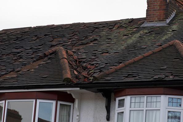 Run-Down「Roof tile damage on a house, North London, UK」:写真・画像(9)[壁紙.com]
