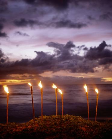 Pacific Ocean「Tiki torches on beach, Hawaii, USA」:スマホ壁紙(11)