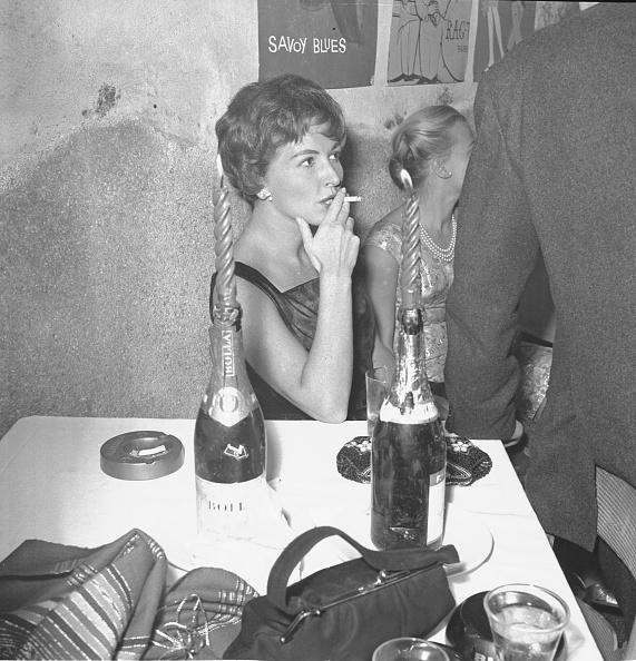Party - Social Event「Italian actress Carla Del Poggio smokes a cigarette at the restaurant 'Rugantino' during a dinner party, Rome 1958」:写真・画像(15)[壁紙.com]