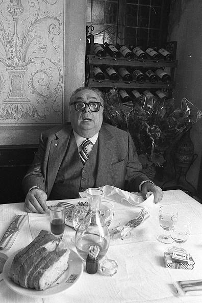 Napkin「Actor Aldo Fabrizi while eating spaghetti at the restaurant, Rome 1975」:写真・画像(13)[壁紙.com]