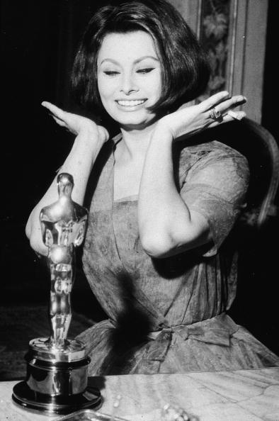 Oscar Statuette「Sophia Loren With Best Actress Oscar」:写真・画像(11)[壁紙.com]