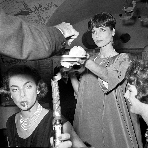 Party - Social Event「Elsa Martinelli is with Gaea Pallavicini at the restaurant 'Rugantino' during a dinner party, Rome 1958」:写真・画像(19)[壁紙.com]