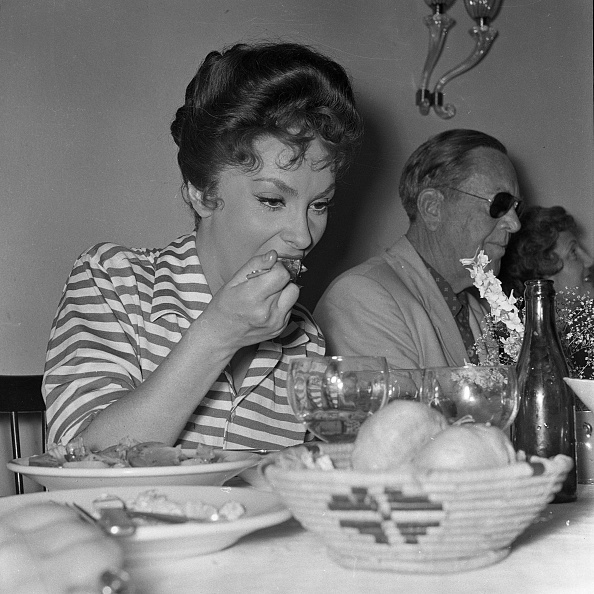 Crockery「Italian actress Gina Lollobrigida eats at the restaurant, Rome 1954」:写真・画像(14)[壁紙.com]