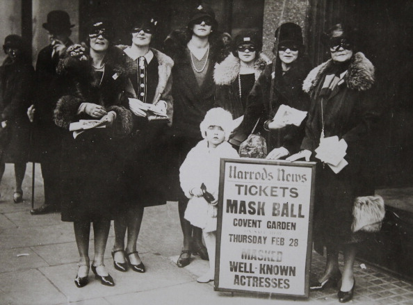 Covent Garden「Advertising For A Masked Ball At Covent Garden By Masked Ladies In Front Of The Luxury Department Store Harrods In London. About 1930. Photograph.」:写真・画像(16)[壁紙.com]