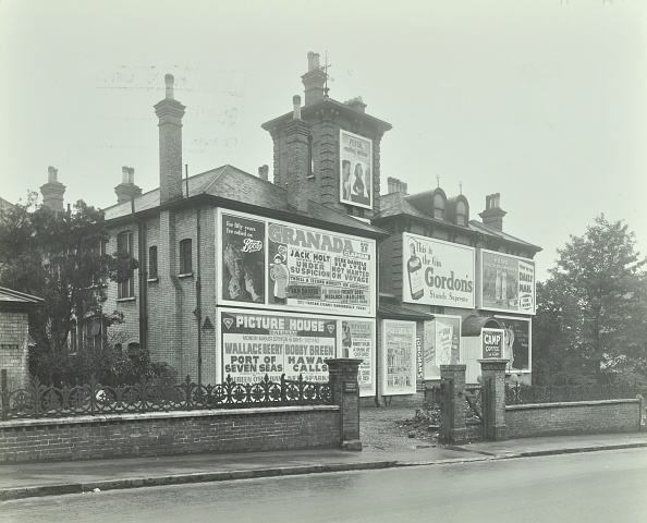 Gin「Advertising Hoardings On The Wall Of A Building, Wandsworth, London, 1938」:写真・画像(13)[壁紙.com]