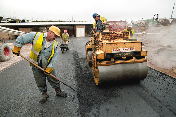 Rake「Rolling coated chipings into hot rolled asphalt wearing course with vibratrory roller」:写真・画像(14)[壁紙.com]