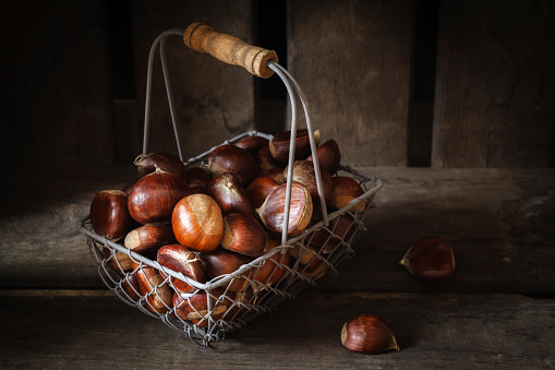 Chestnut「Sweet chestnuts in wire basket」:スマホ壁紙(15)