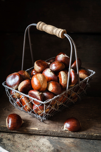 Chestnut「Sweet chestnuts in wire basket」:スマホ壁紙(16)