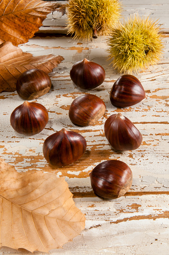 栗「Sweet Chestnuts on a wooden background」:スマホ壁紙(3)