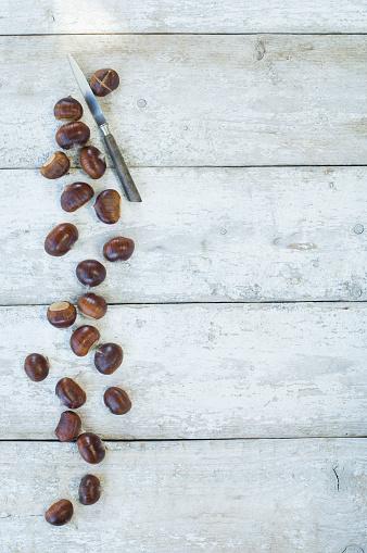 栗「Sweet chestnuts and a knife on wood」:スマホ壁紙(7)