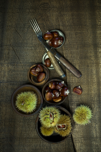 栗「Sweet chestnuts on dark wood」:スマホ壁紙(10)