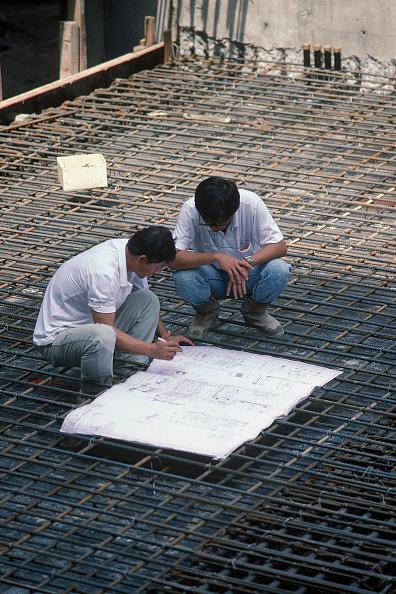 静物「Site engineers looking a plans on a construction site in Singapore.」:写真・画像(0)[壁紙.com]