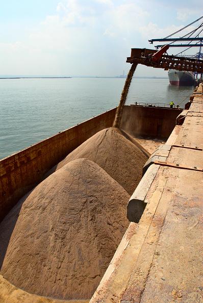Pouring「Barge loading feeder conveyor for aggregates export, Kent, UK」:写真・画像(16)[壁紙.com]