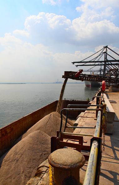 Pouring「Barge loading feeder conveyor for aggregates export, Kent, UK」:写真・画像(4)[壁紙.com]