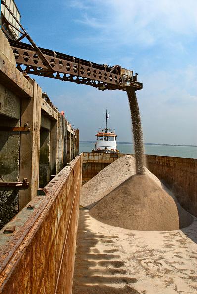 Pouring「Barge loading feeder conveyor for aggregates export, Kent, UK」:写真・画像(17)[壁紙.com]