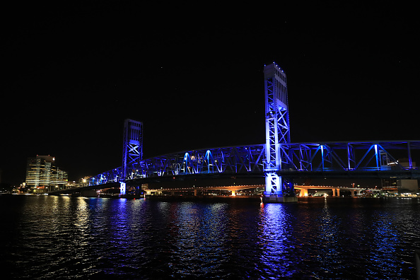 Sam Greenwood「Landmarks And Stadiums Across The Country Illuminated In Blue To Honor Essential Workers」:写真・画像(6)[壁紙.com]