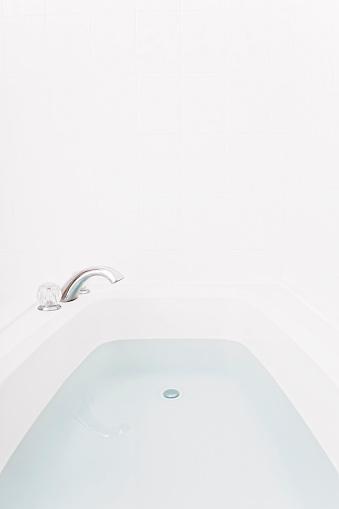 蛇口「Faucet over full bathtub」:スマホ壁紙(3)