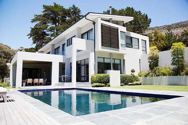 Modern home with swimming pool:スマホ壁紙(壁紙.com)