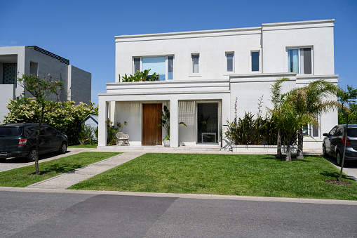 Buenos Aires「Modern home and front yard」:スマホ壁紙(9)