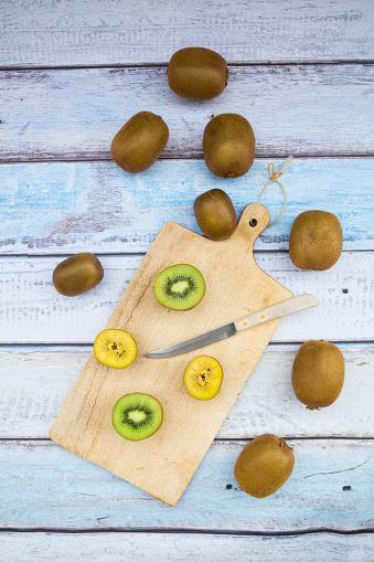 Cutting Board「Green and golden kiwis on chopping board, wood」:スマホ壁紙(17)