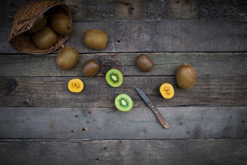 Kiwi「Green and golden kiwis, basket on wood」:スマホ壁紙(15)