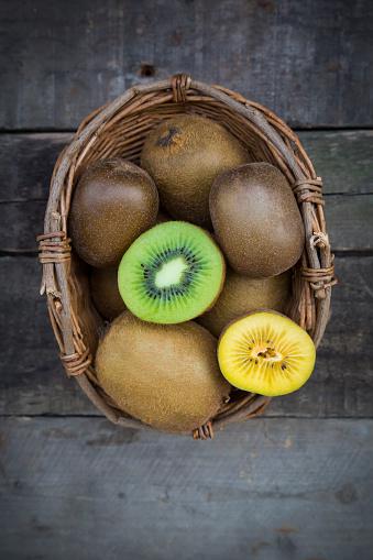 Kiwi「Green and golden kiwis, basket on wood」:スマホ壁紙(14)