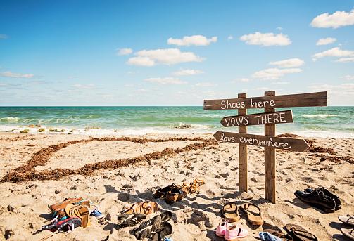結婚「Shoes and signs for wedding on ocean beach」:スマホ壁紙(5)
